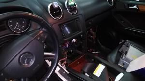 Mercedes ML - prace końcowe nad montażem stacji multimedialnej.